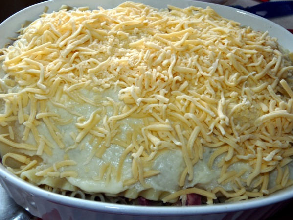 Top with the remaining cheese sauce and gouda